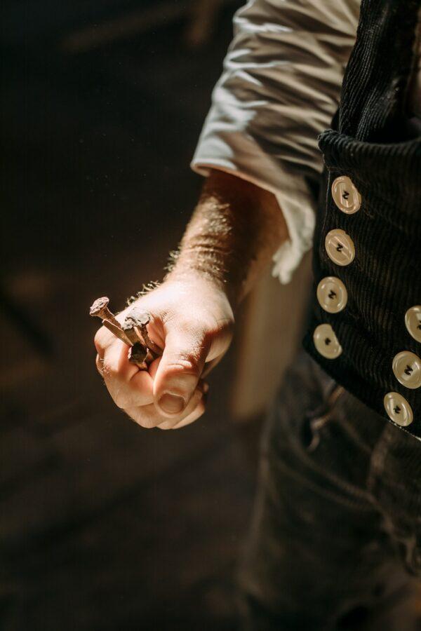 Die Hand eines Zimmermanns aus der Zimmerei und Tischlerei Wittorf