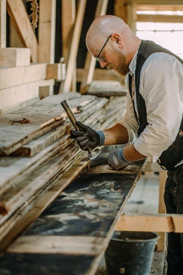 Ein Zimmermann aus der Zimmerei und Tischlerei Wittorf