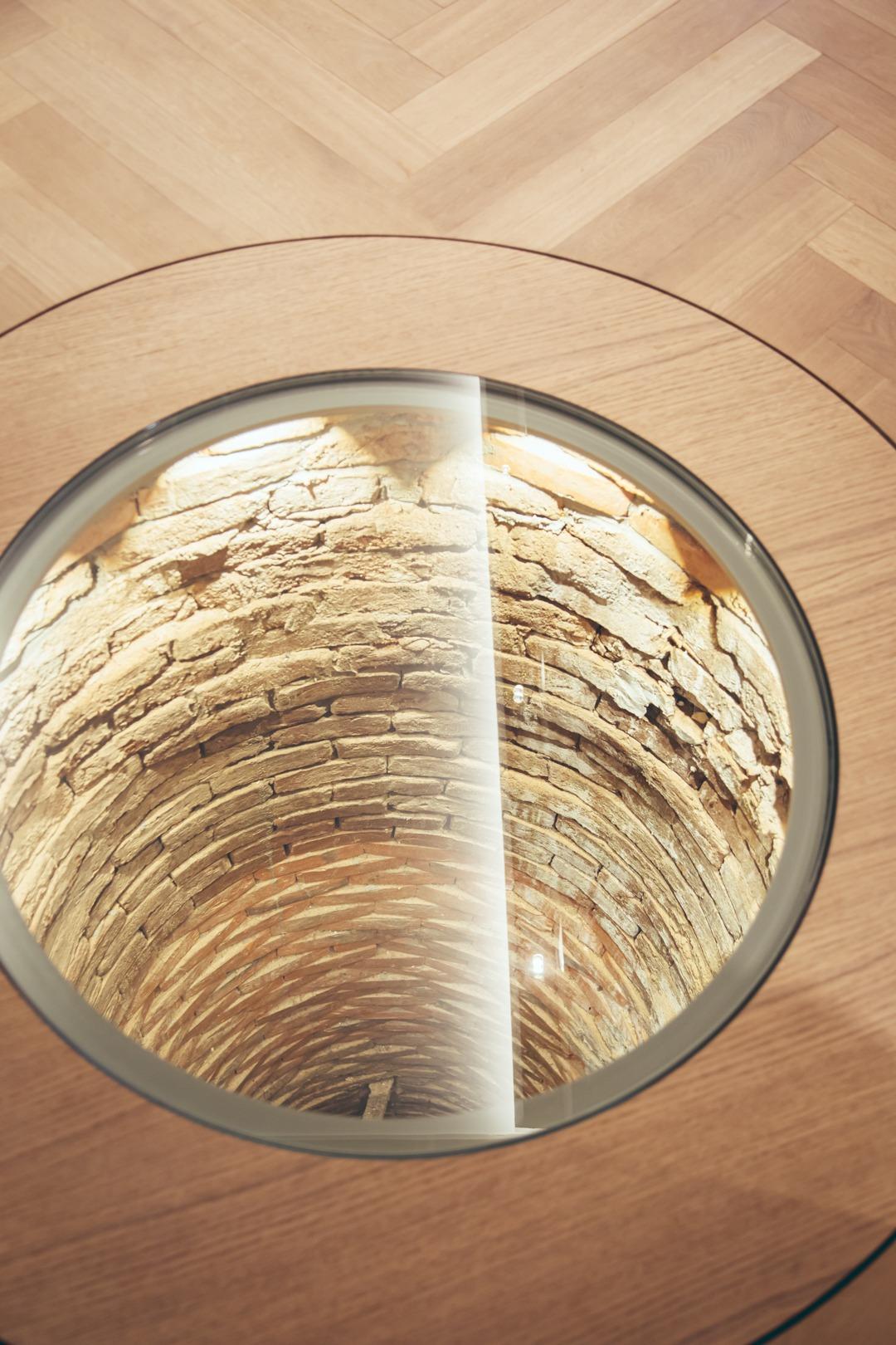 historischer Brunnen der mit einem Sichtglas überbaut wurde